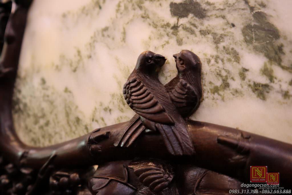 Vợ chồng chim trĩ ở lỗ giữa