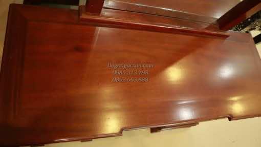 Mặt bàn trang điểm là tấm gỗ vân rất đẹp