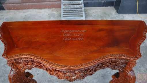 Mặt bàn với tấm gỗ gụ ta đã khô cùng với vân rất đẹp