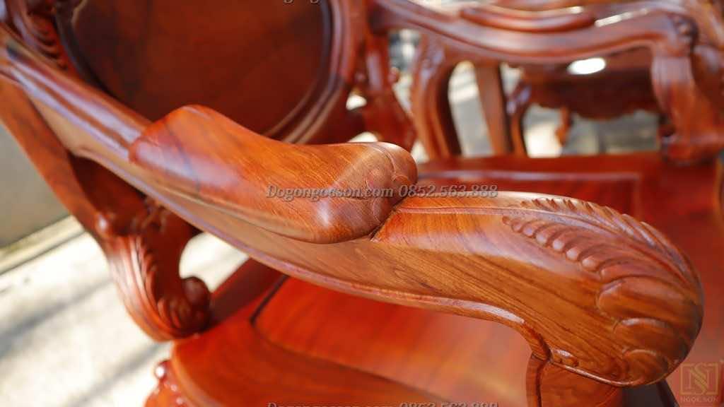 Vai ghế được thiết kế tỉ lệ chuẩn với các đường cong điệu đà