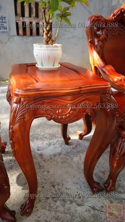 Kẹp giữa hai ghế đơn của bàn ghế hoàng gia Lou007