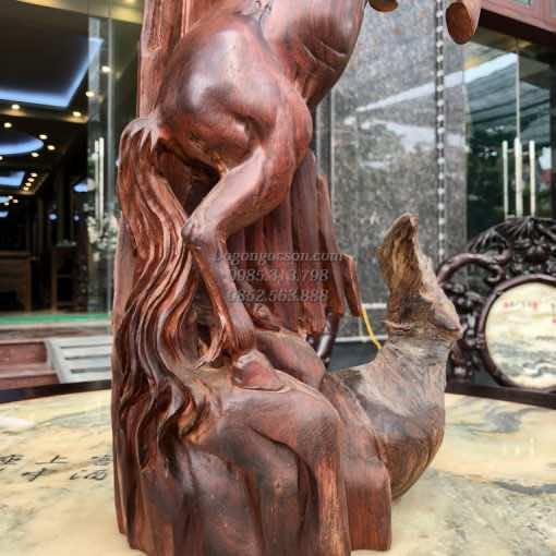 Các chi tiết trên bức tượng