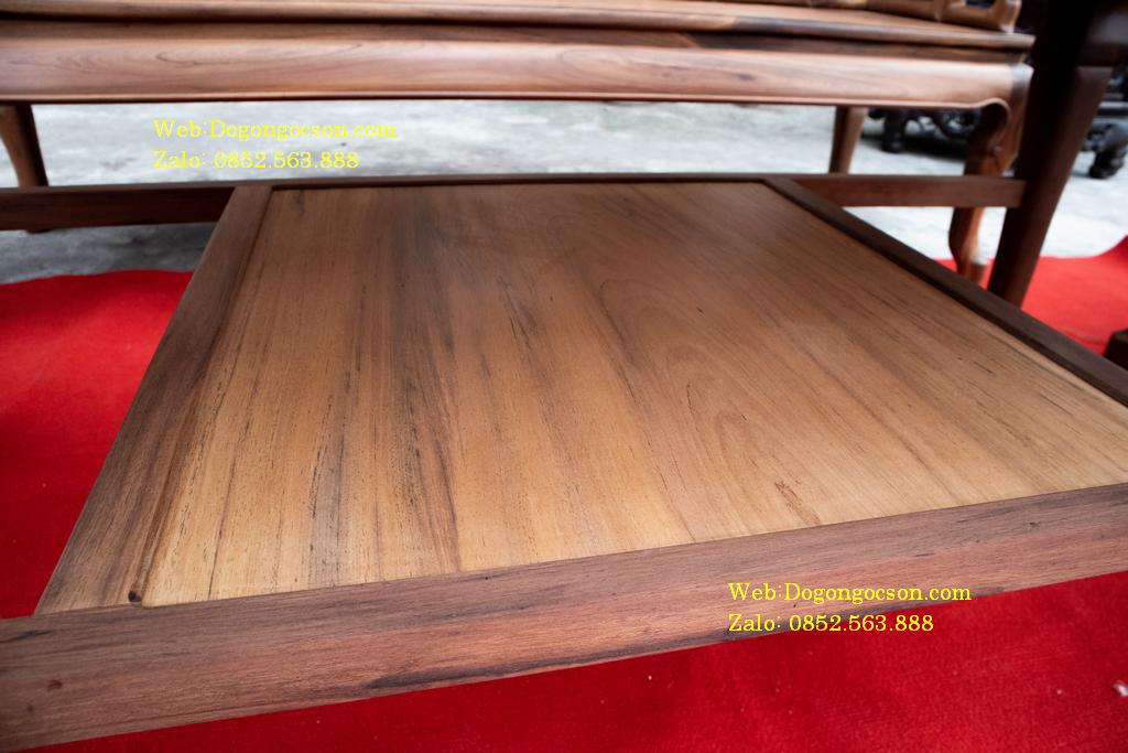 Ngăn dưới để đồ của chiếc bàn được chà nhám kĩ càng